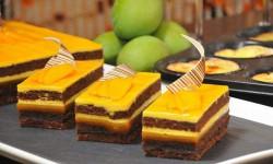 پخت کیک با لایه های شکلات و انبه
